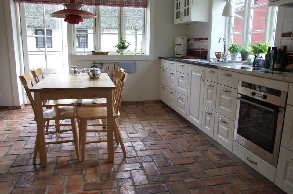 płytki z cegły na podłogę